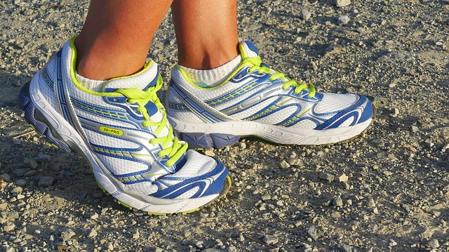 running-shoes-2661558_640